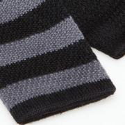 gebreide wollen strepen in zwaart/ grijs - detail